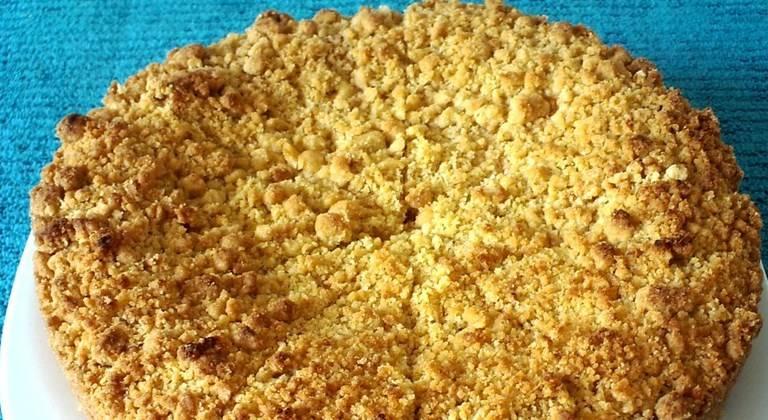 Выпекайте в духовке при температуре 180 градусов 30 - 35 минут. Пирог выньте из формы, когда он полностью остынет. Если форма для выпечки нераздвижная, то сначала разрежьте лепешку на четыре сектора, а потом с помощью лопаточки выньте каждый кусок.