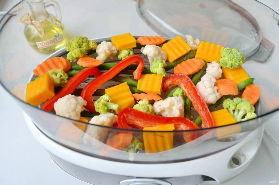 4. Соберите пароварку, не забудьте налить воды в резервуар до нужной отметки. Установите поддон с овощами и накройте крышкой пароварку. Установите таймер на 15-20 минут.