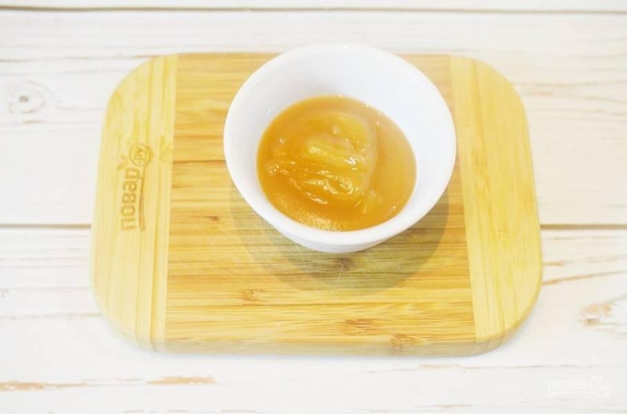 2. Яблоко очистите и пюрируйте (или возьмите готовое яблочное пюре).