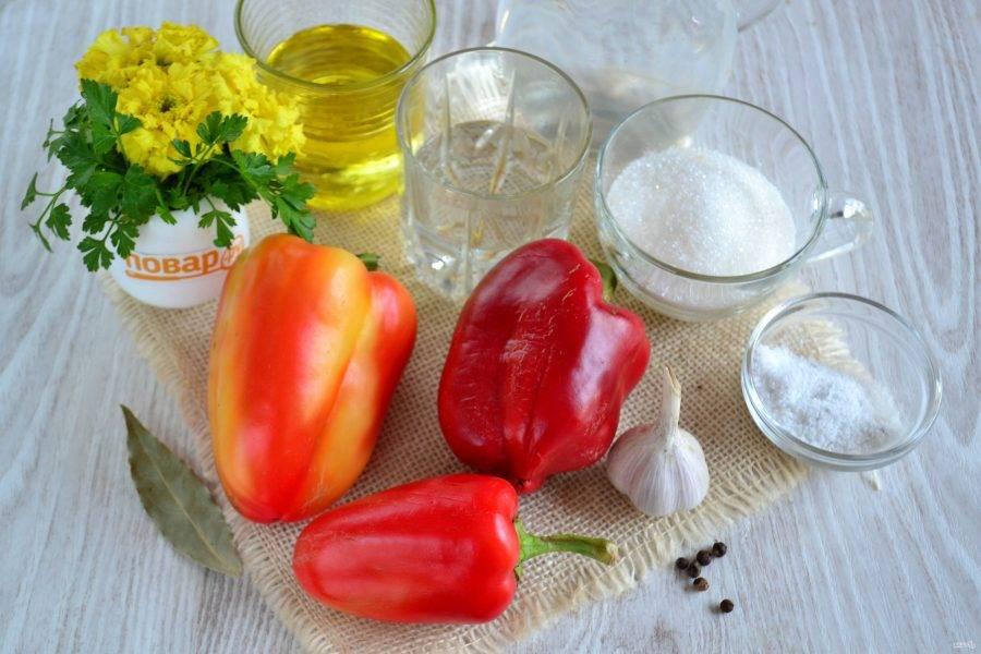 Подготовьте все необходимые ингредиенты. Перец промойте и очистите от семян и плодоножек.