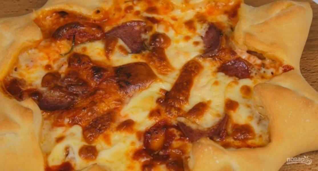 4. Перенесите пиццу на разогретый противень и выпекайте в разогретой до 250 градусов духовке 10 минут. Приятного аппетита!