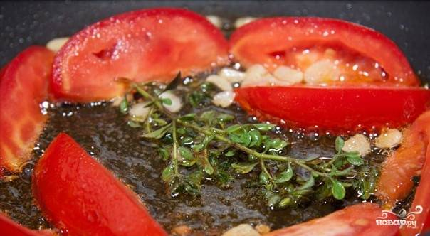 Затем на сковородку выкладываем помидоры.