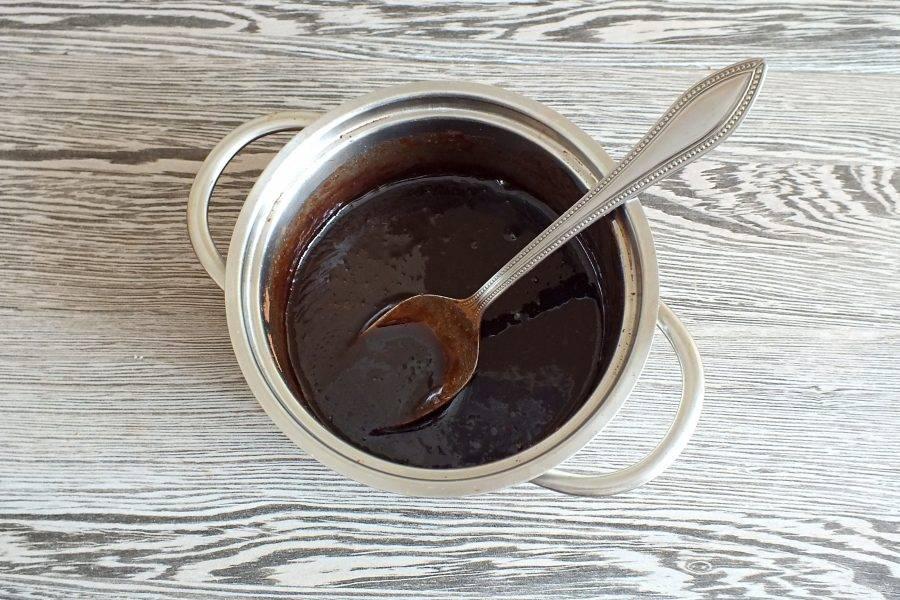 Поставьте на огонь и варите, помешивая до закипания. Как только сахар растворится, проварите 2-3 минуты и снимите с огня. Охлаждать глазурь не нужно.