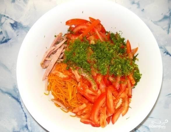 4. Добавляем теперь зелень и корейскую морковь.