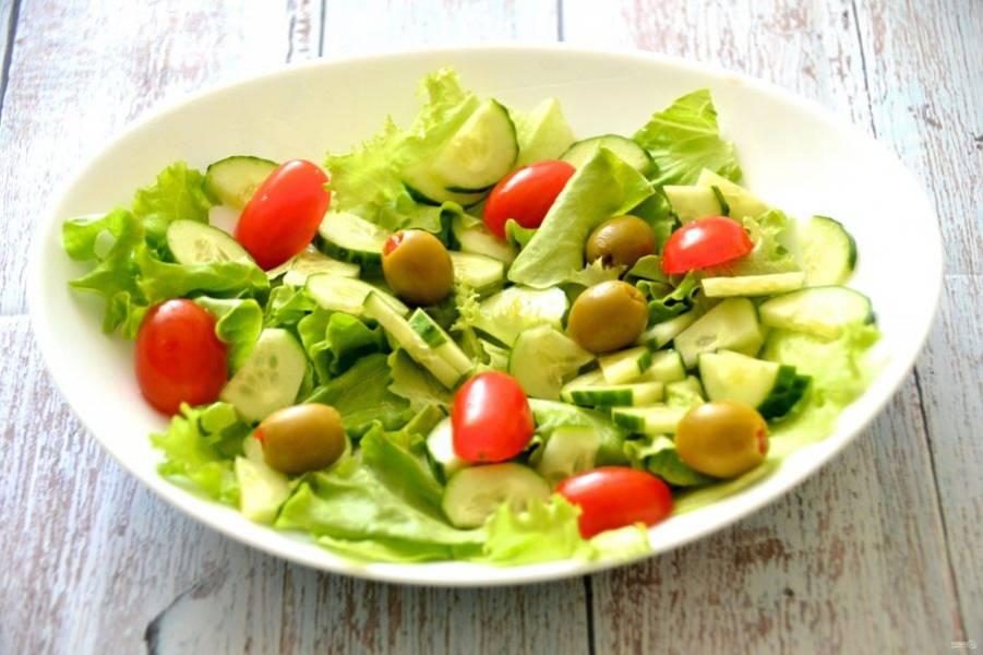 Порежьте огурец, если он крупный, то четвертинками долек, если мелкий - половинками, добавьте помидорчики черри, оливки или маслины.