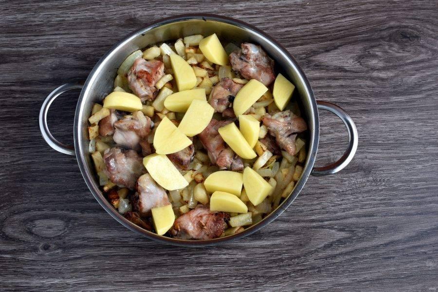 Добавьте картофель, нарезанный крупно, четвертинками. Обжарьте до легкой корочки.