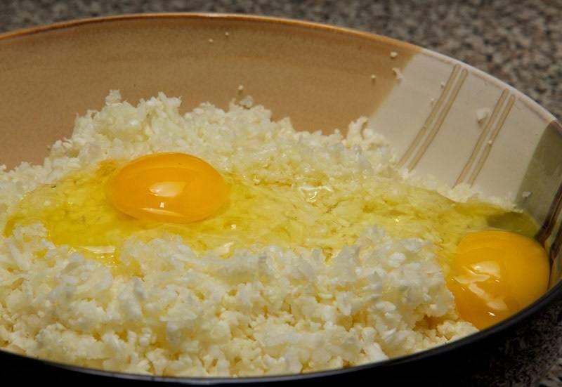 4. К измельченной капусте вбить 2 яйца.