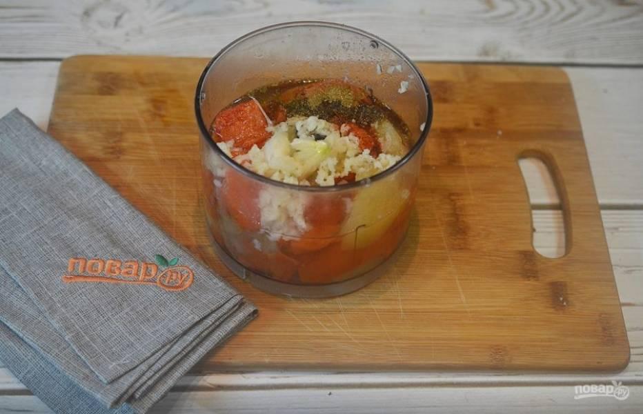 4. Сложите в чашу блендера помидоры и яблоки, добавьте чеснок, сок лимона и все специи.
