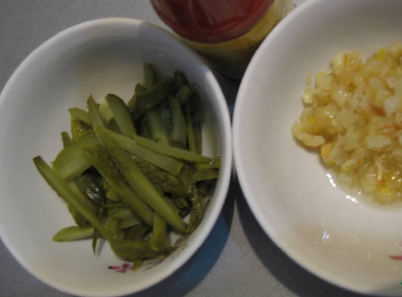 2. Лук измельчим и обжарим на растительном масле. Огурчики нарезаем полосочками. Бросаем, когда картошка уже почти сварится.