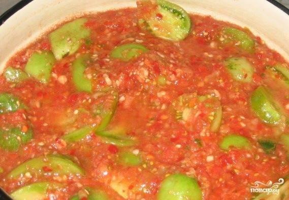 Зелёные помидоры помойте и нарежьте четвертинками или половинками. Смешайте их с заготовкой из предыдущего шага и поставьте на огонь до закипания, потом, помешивая, тушите 20 минут.