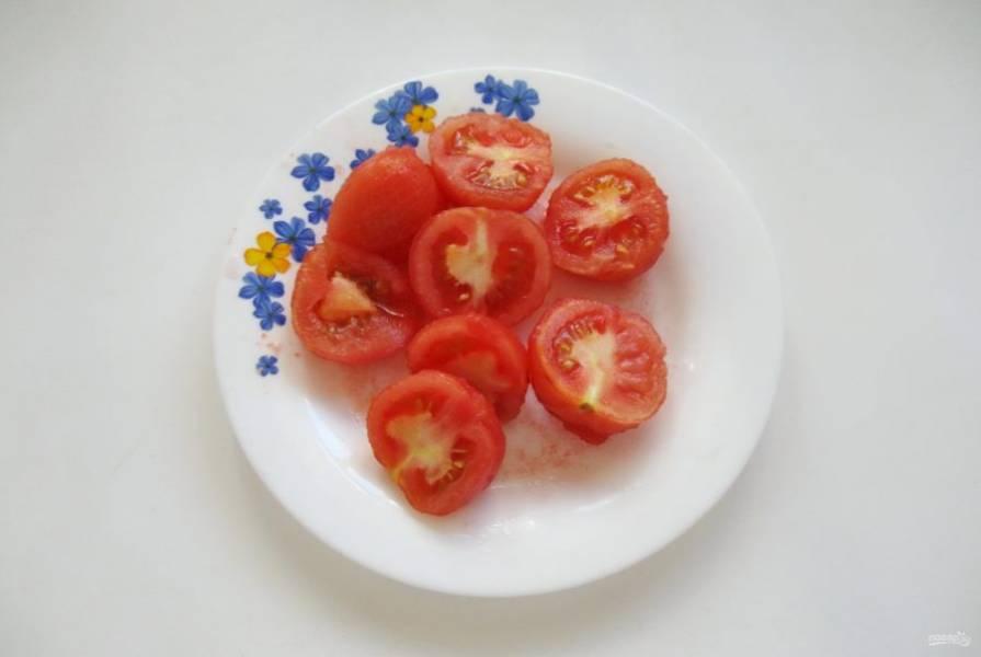Нарежьте мелкие помидоры на две части, а крупные на четыре.