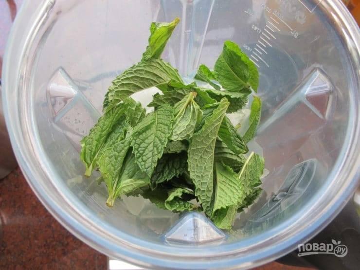 2. Далее в миксере соедините мяту (пару листочков оставьте), сироп, 3/4 стакана воды, лёд, сок и водку. Измельчите всё в течение 1-ой минуты.