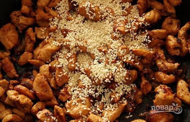 7. В самом конце добавляю к мясу на сковороду кунжутные семена, всё перемешиваю.