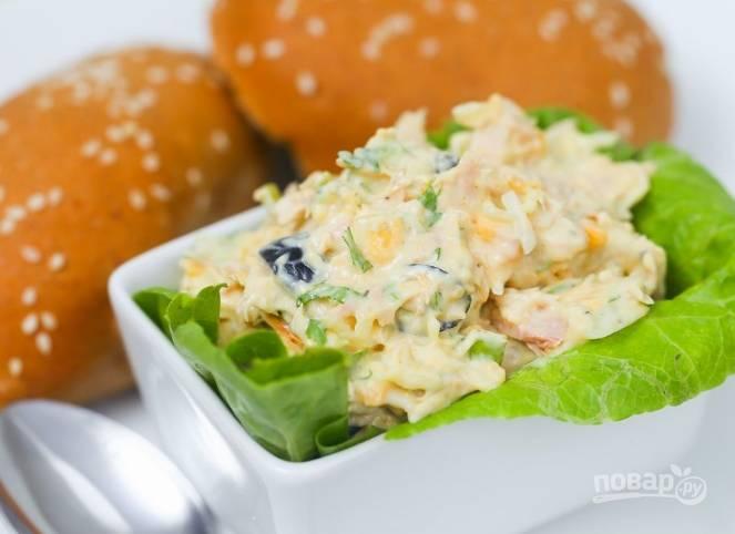 6.Подаю салат на подушке из салатных листьев, с румяными булочками с кунжутом.