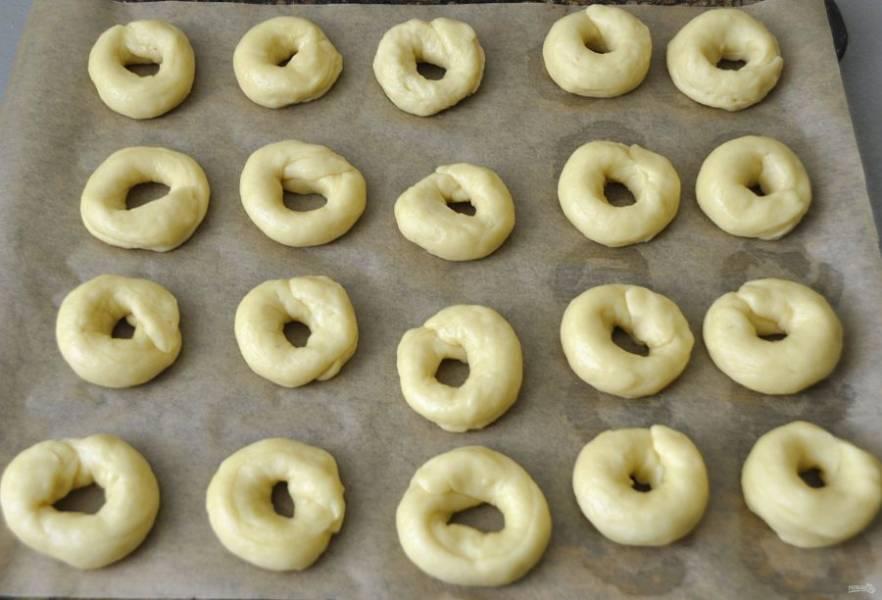 Уложите каральки на лист для выпечки, выпекайте при температуре 180-200 градусов в течение 30-40 минут.