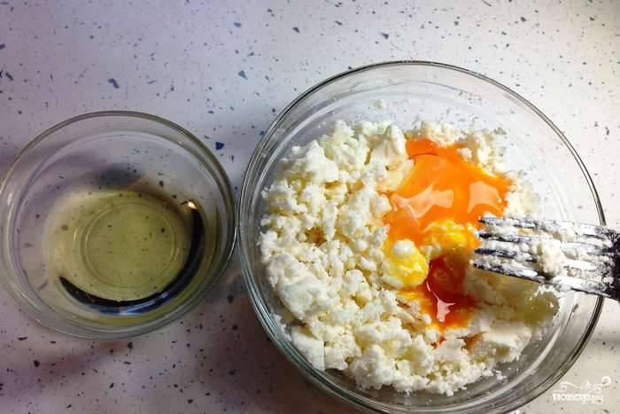 1. Отделите желток от белка. Сыр хорошенько разомните вилкой или руками, смешайте с желтком.