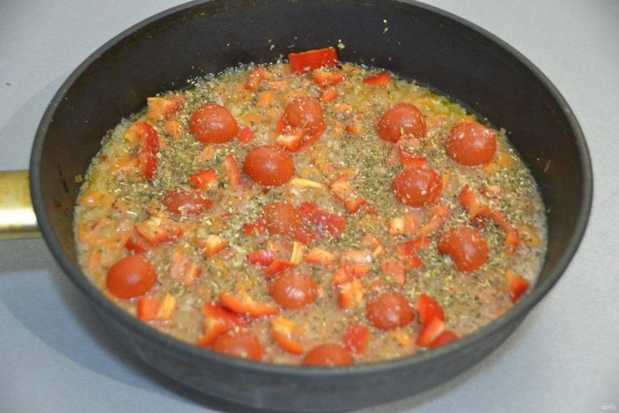 Когда рис будет в стадии полуготовности, выложите к нему помидоры, сладкий перец, итальянские травы, посолите по вкусу.