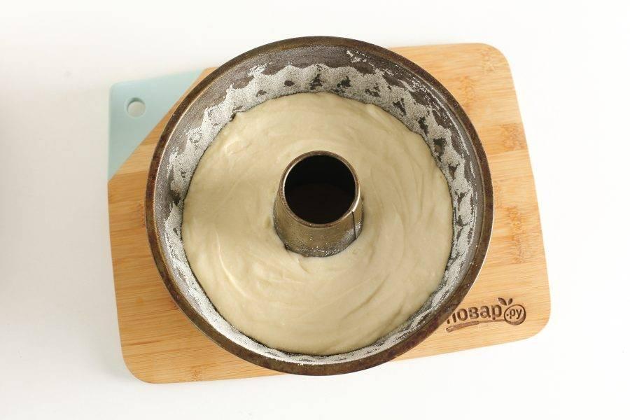 А затем сверху выложите белое. Выпекайте кекс в духовке при температуре 190 градусов около 45 минут. Готовность проверяйте деревянной шпажкой.