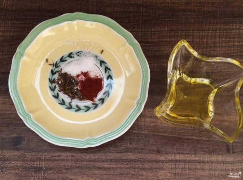 2. Берем оливковое масло и добавляем специи, это будет наш маринад.
