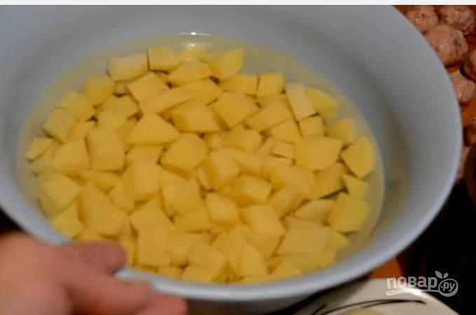 3. Картофель очистите и нарежьте небольшими кубиками. Залейте водой и поставьте на огонь закипать.