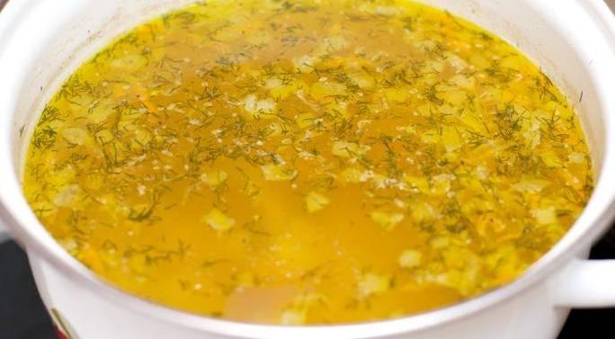 Когда сварится картофель, добавьте зажарку. Проварите еще несколько минут и снимите суп с огня. Дайте ему настояться под крышкой и подавайте к столу. Приятного аппетита!