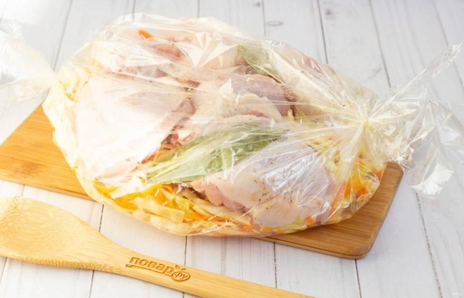 Затем добавьте курицу и парочку лавровых листов. Завяжите пакет, сделайте 2-3 небольших прокола ножом сверху, переложите его в форму для запекания и поставьте в разогретую до 190-200 градусов духовку на 40 минут.