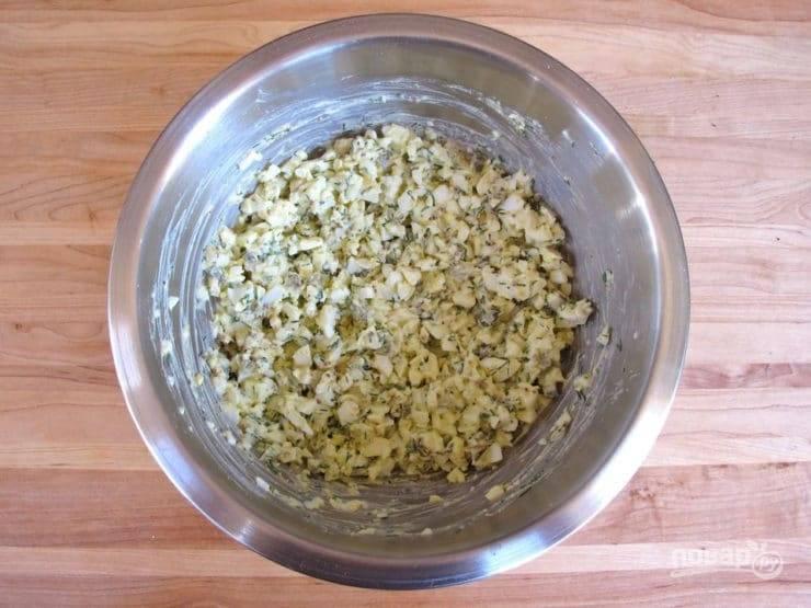 3. Перемешайте яйца с огурцом, укропом, майонезом и горчицей.