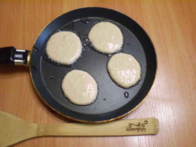 Смажьте сковороду маслом, разогрейте. Столовой ложкой наливайте тесто.