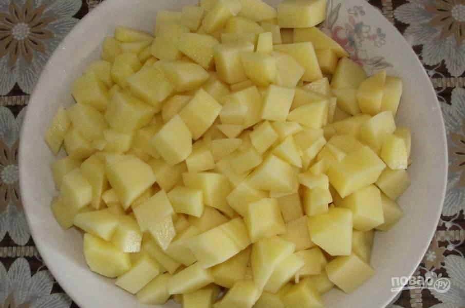 Предварительно варим бульон из мяса, добавив соль и перец. Я варю на курице. Картофель очищаем и нарезаем кубиками.