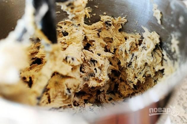 """4. К масляной смеси вводите сухую постепенно, чтобы тесто вышло однородным. После чего последним этапом приготовления введите шоколадные """"капельки"""". Хорошо перемешайте."""