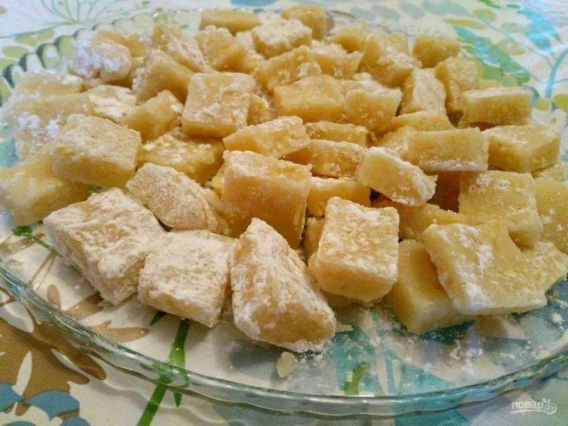 Разрежьте охлаждённый десерт на порционные кубики и по желанию обмакните каждый из них в кукурузный крахмал (или его смесь с сахарной пудрой).