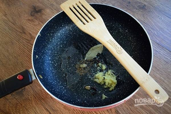 В глубокой сковороде или сотейнике нагрейте масло (1 ст. л.) и обжарьте в нем семена кумина, кардамон, имбирь, гвоздику до потрескивания семян. Добавьте жгучий перец и корицу.