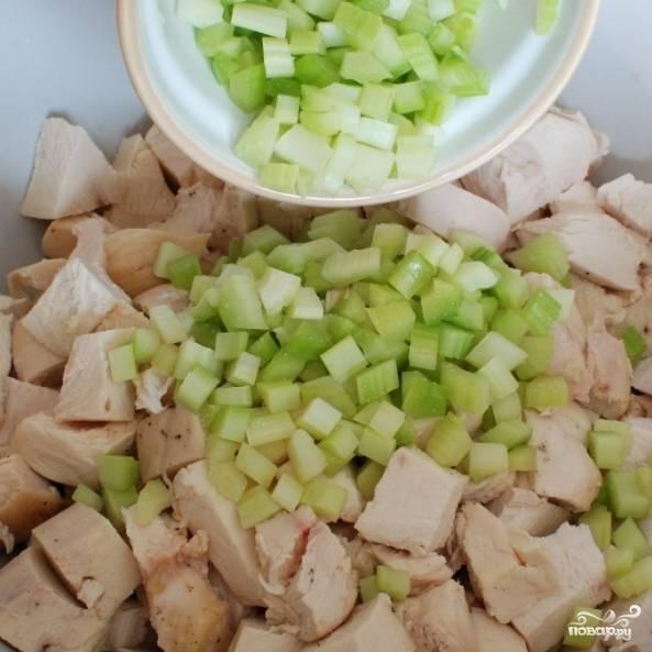 Смешиваем куриное мясо с мелко нарезанным сельдереем.