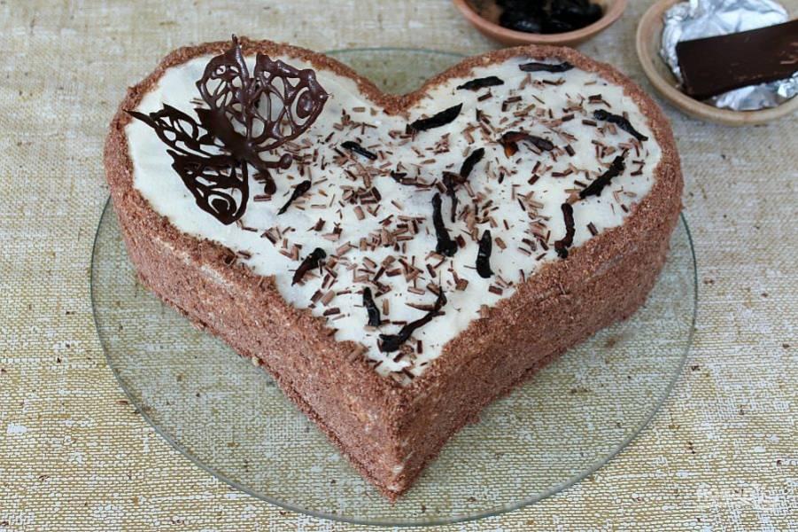 Для оформления используем чернослив и шоколад. Выкладываем чернослив, нарезаем тонкими кусочками и посыпаем торт шоколадной стружкой.