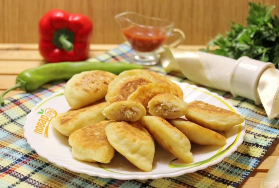 Картофельные пельмени готовы. Подавайте с кетчупом, сметаной.