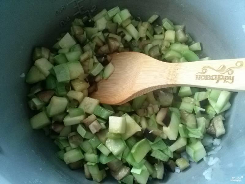 """В чаше мультиварки разогрейте масло и обжарьте овощи до мягкости по паре минут в режиме """"Жарка"""". Очень удобно, если есть запасная чаша, можно перекладывать в нее овощи после обжарки."""