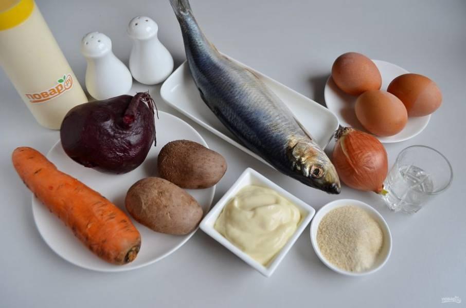 1. Подготовьте продукты. Количество майонеза я не указываю, возьмите столько, сколько вы обычно используете в шубу, но учитывайте, что не все слои перемазывать нужно. Отварите овощи, яйца, остудите и очистите.