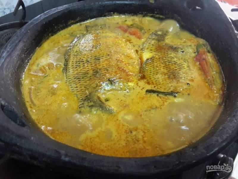 5. Добавьте рыбу и протушите ее в соусе в течение 10 минут.