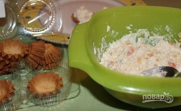 6.Разложите начинку по тарталеткам и по желанию украсьте зеленью.