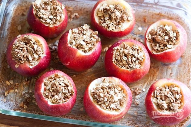 6. Начините овсяными хлопьями яблоки.