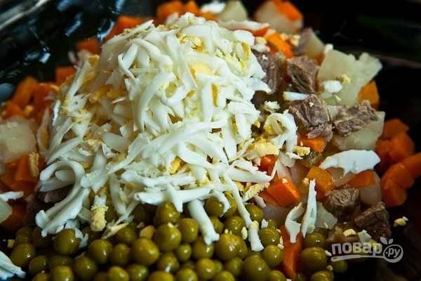 Отварите яйца вкрутую. Натрите их на крупной тёрке, и добавьте в салат.