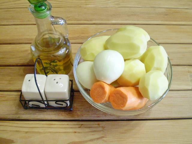 1. Приготовим продукты. Овощи вымыть и очистить. Воду для варки картофеля чуть посолить и поставить на огонь.