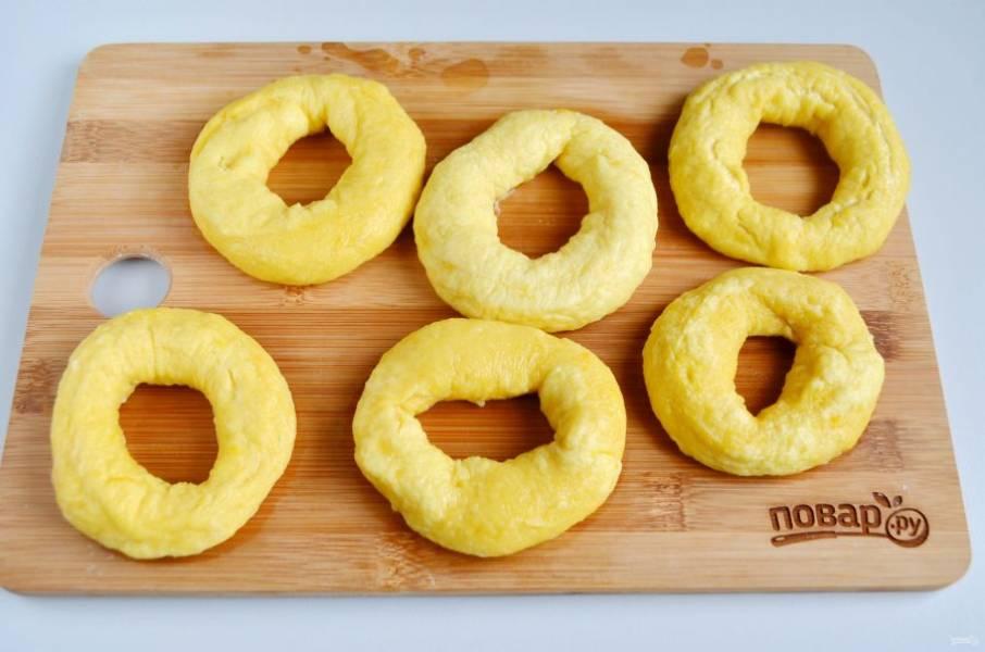 7. Доставайте шумовкой бублики на доску или блюдо.