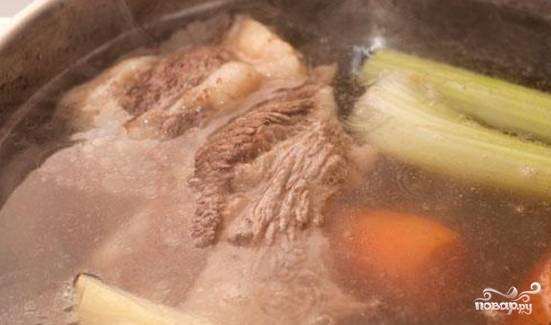 1. Говядину помещаем в воду, ждем, пока вода закипит и снимаем всю пену. После этого добавляем вымытые овощи в бульон прямо целиком и варим полтора часа бульон на мелком огне под крышкой. Когда мясо будет мягким, достанем его и нарежем кусочками. Потом опять возвращаем в бульон, а овощи вынимаем.