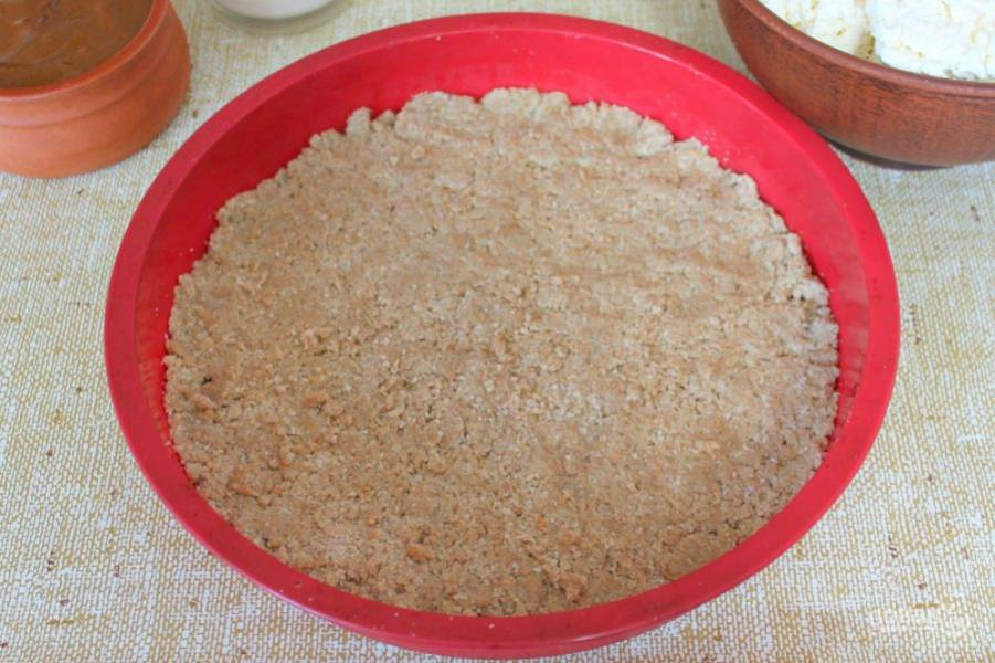 Тесто пересыпаем в форму, распределяем по дну и немного прижимаем.