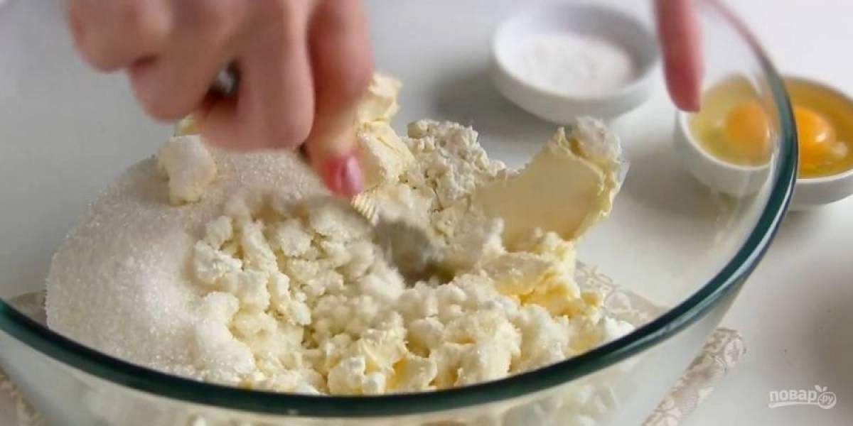 1. В миску выложите творог, мягкое сливочное масло, сахар и перемешайте вилкой. Добавьте яйцо и хорошо разомните вилкой, по желанию взбейте блендером.