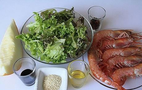 1. Очень легкий в приготовлении салат, который можно подавать даже на ужин. Сочетание дыни и креветок очень необычное и в то же время гармоничное.