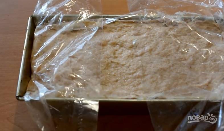 5. Накройте форму фольгой, поставьте на противень и отправьте в духовку на 45 минут. Температура должна быть 190-200 градусов.