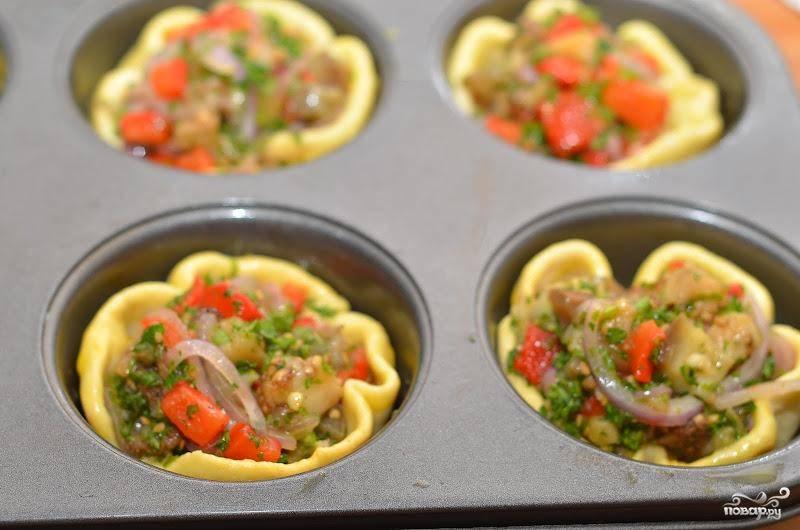 Затем наполняем тарталетки овощной начинкой и  отправляем в духовку еще на 10-15 минут до готовности. При желании, края тарталеток можно смазать желтком.