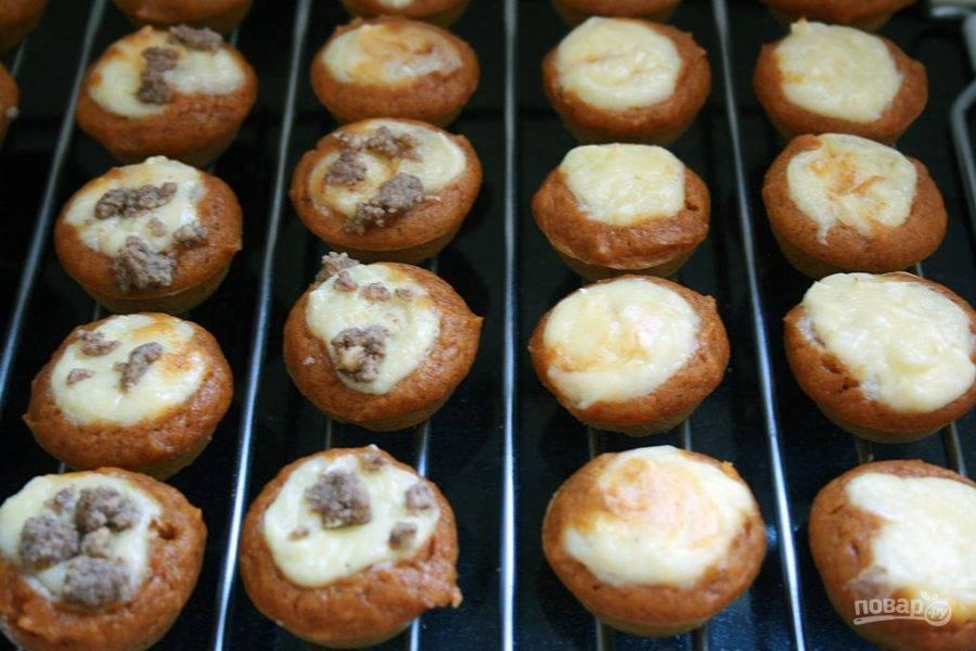 12.Выпекайте кексы при 180 градусах около 20-30 минут, затем переложите их на решетку для остывания.